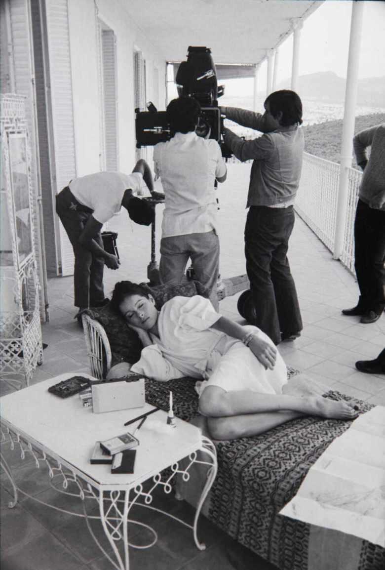 Carlos-Saura-descanso-en-el-rodaje-Ana-y-los-Lobos-Madrid-1972